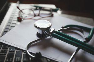 מהם התסמינים והגורמים השכיחים של דליריום?